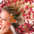 zena s kvetmi vo vlasoch