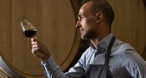 vinár držiaci pohár vína